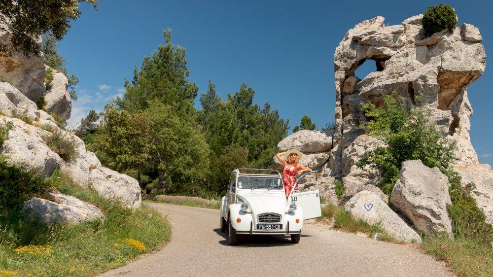 Itinera Magica parle de nous avec la location des 2CV dans les Alpilles