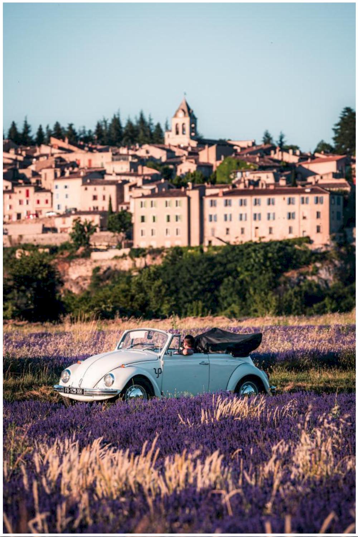 Week-end romantique en voiture vintage en Provence