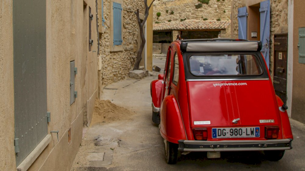 Avignon, historical city to discover in a classic car