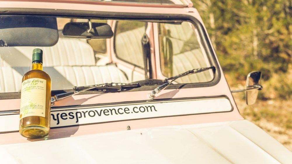 Route des oliviers avec des voitures anciennes